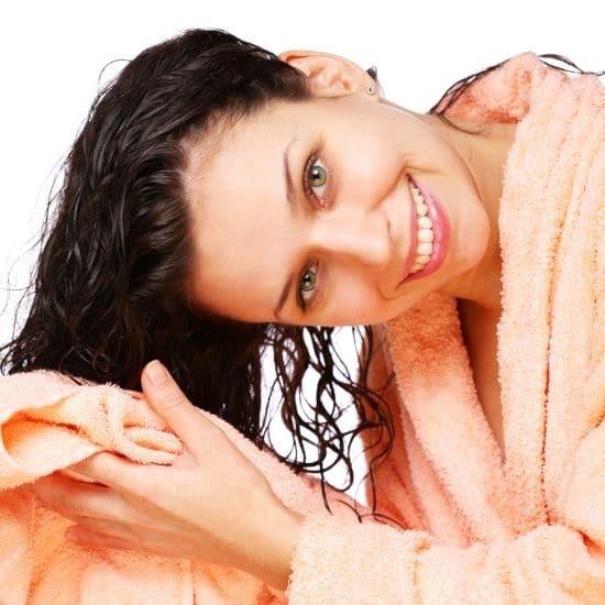 älä hankaa hiuksia pyyhkeellä